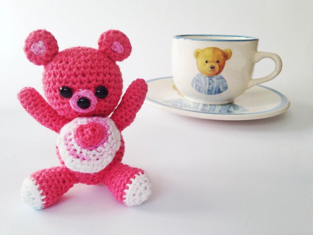 Se busca: osito amigurumi rosa - El bigote y la corona de mamá
