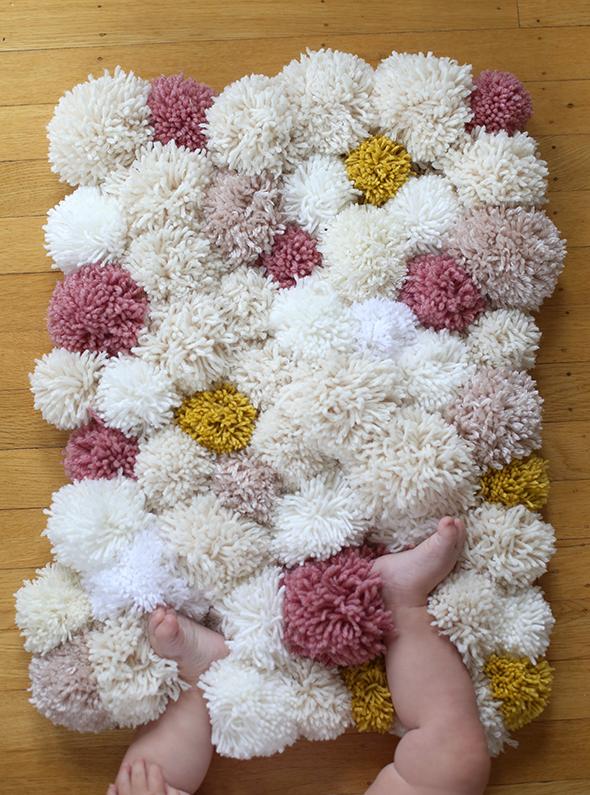 alfombra-pompones-lana