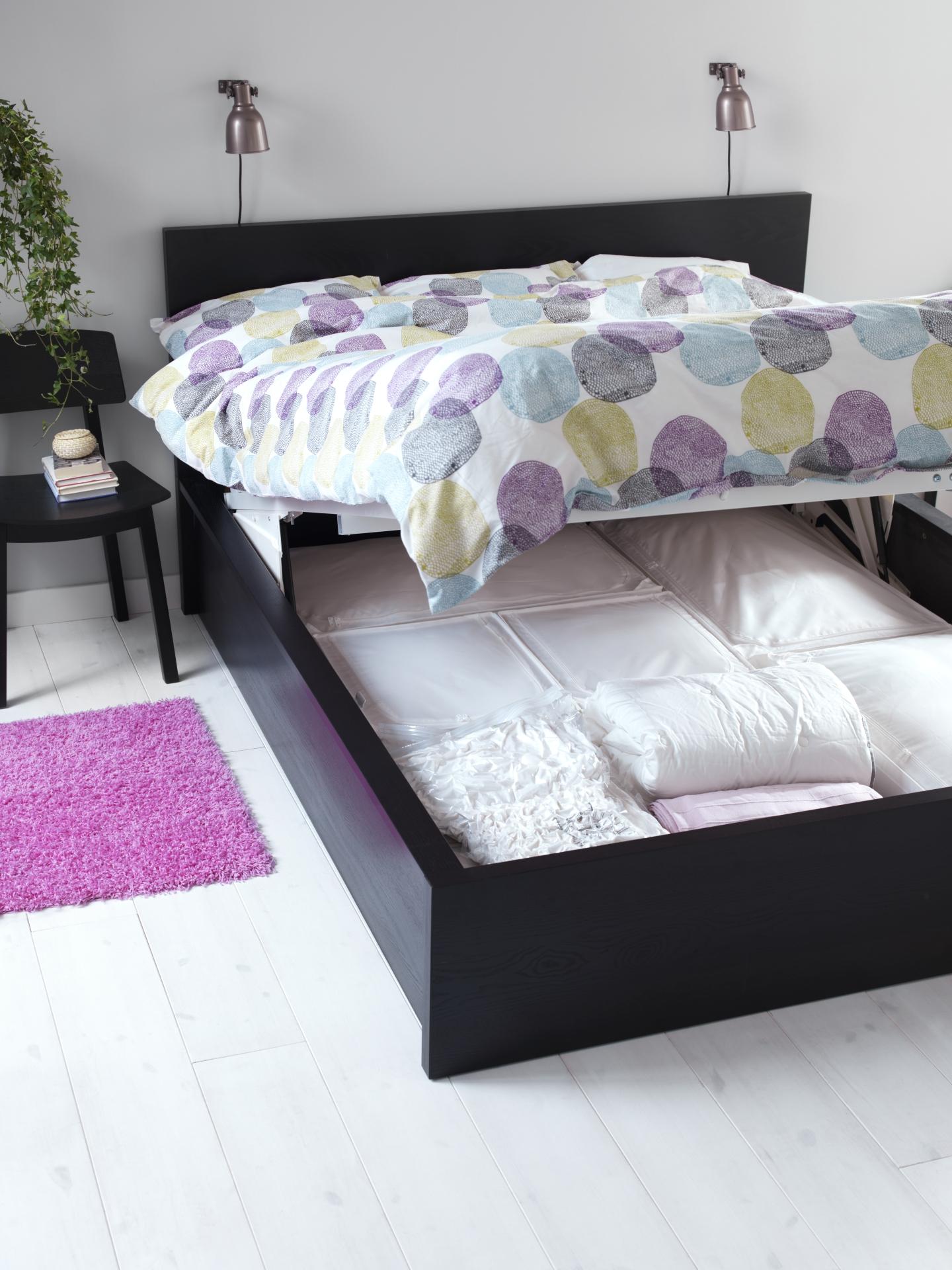 Soluciones para decorar y organizar un dormitorio peque o - Decorar cama con cojines ...