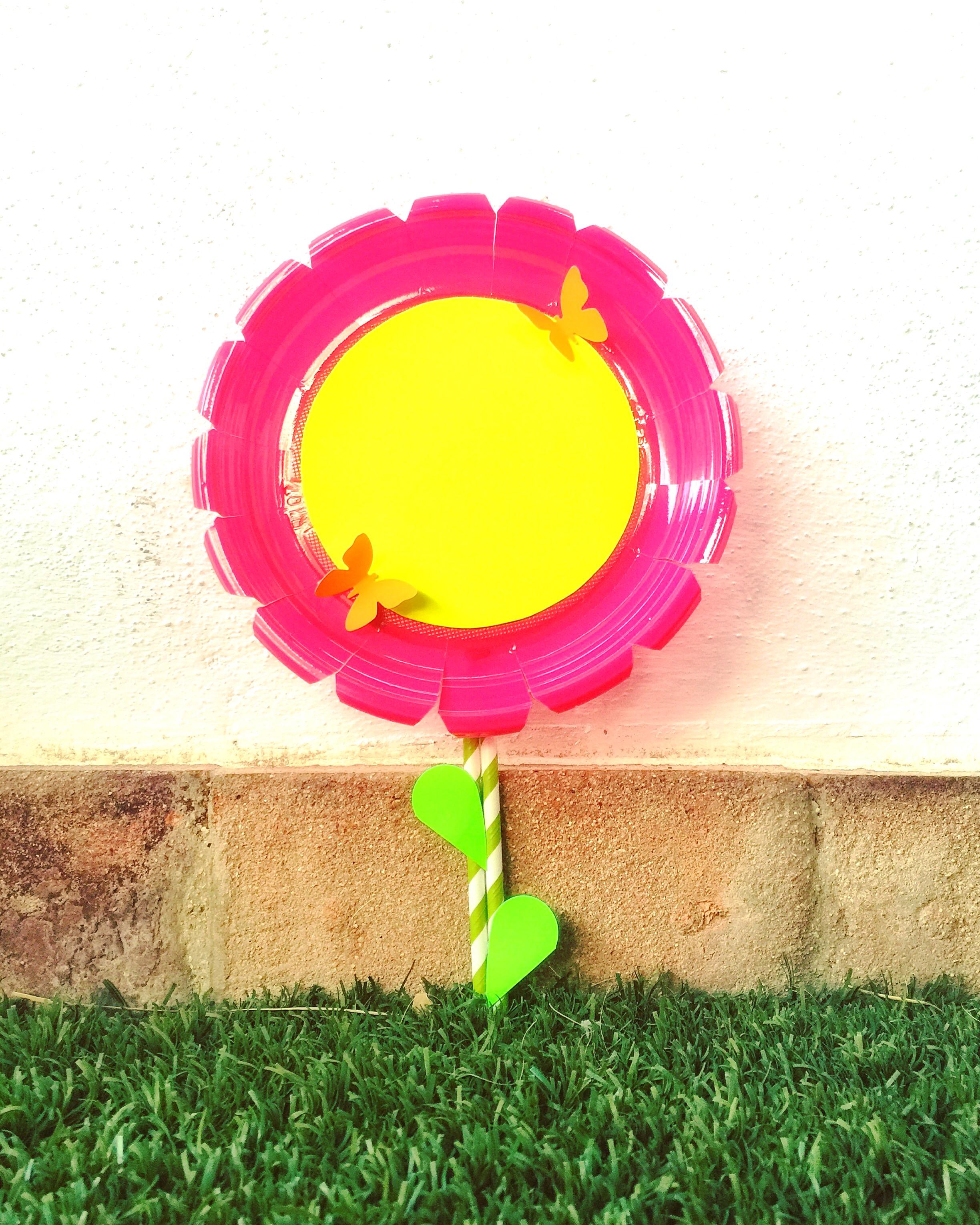como hacer una flor con un plato de papel