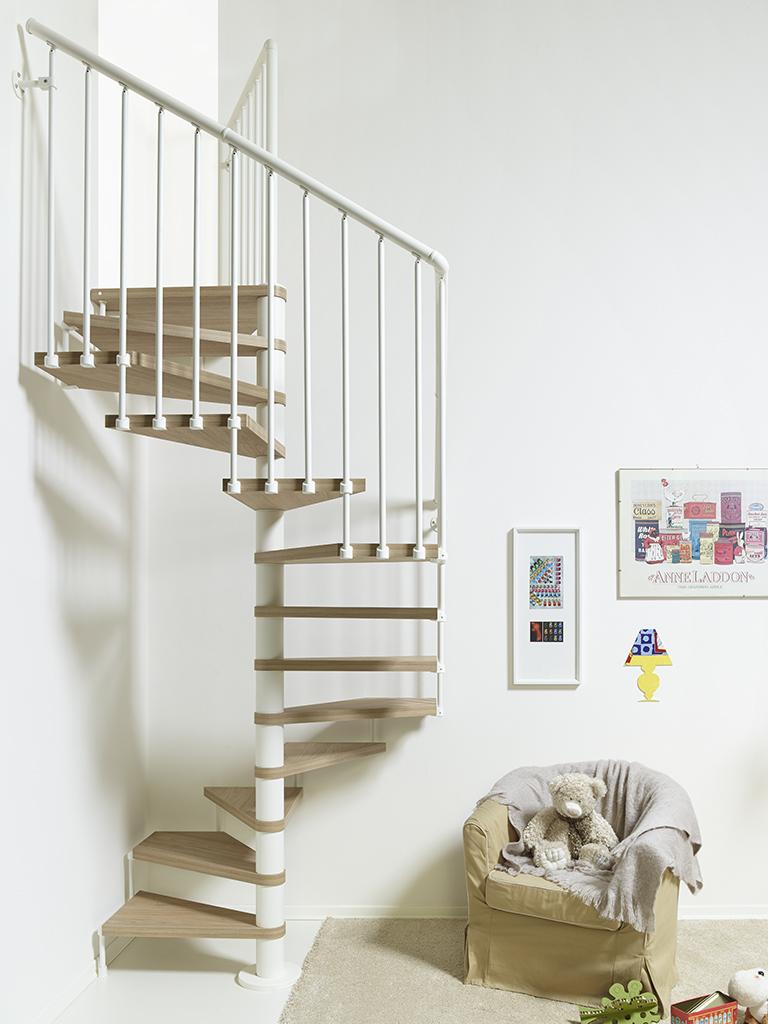 escalera de caracol cuadrada de madera y barandilla blanca