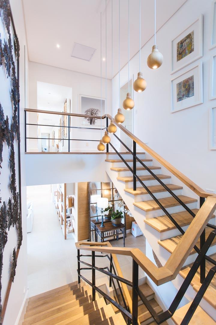 escalera de madera de varios tramos con barandilla negra